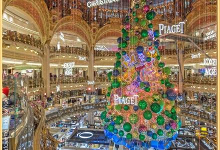 Sapin de Noël 2018 des Galeries Lafayette - Boulevard Haussmann. 2018 Christmas tree from Galeries Lafayette - Haussmann Boulevard.